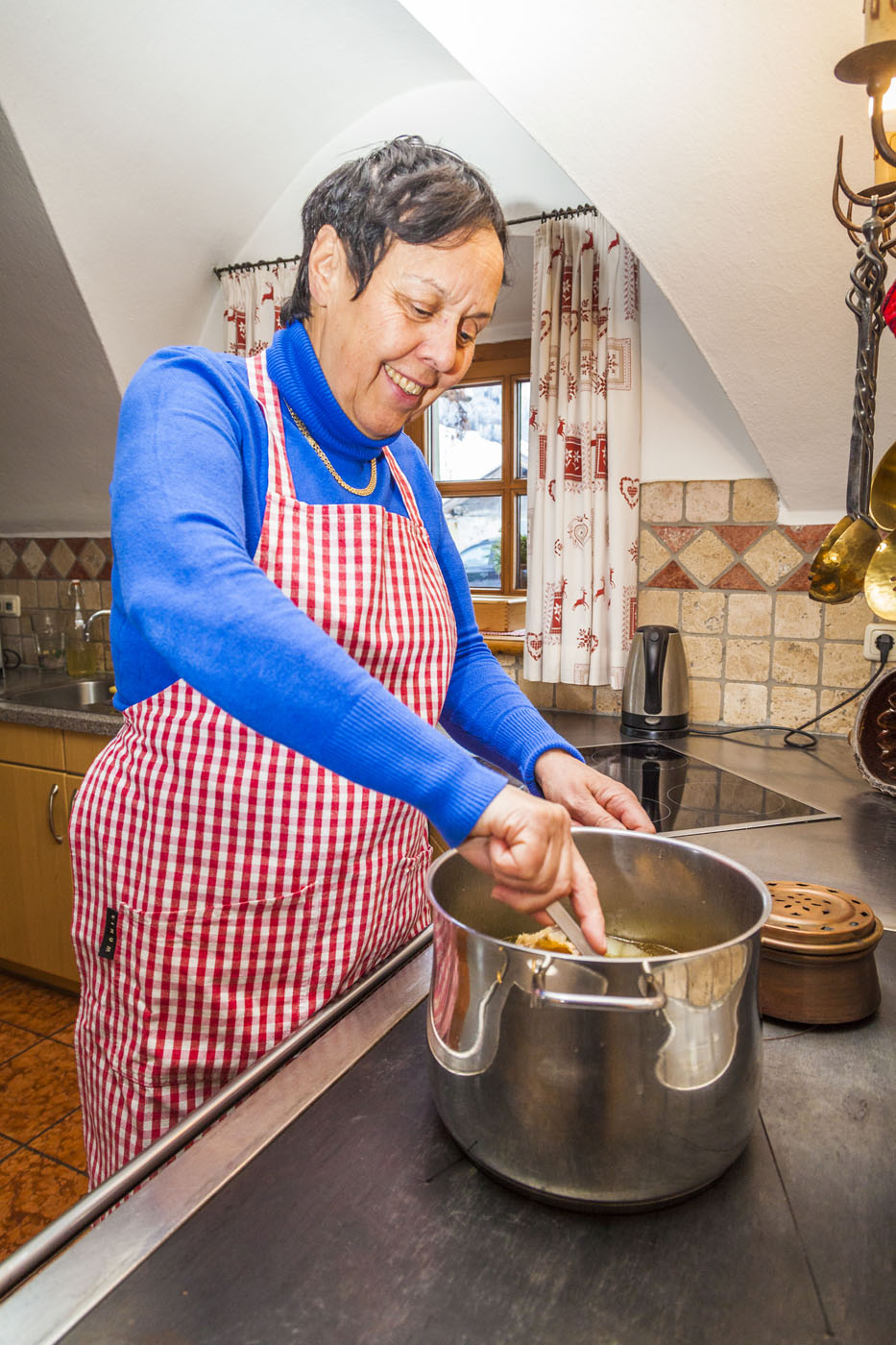 Oma Traudi beim kochen